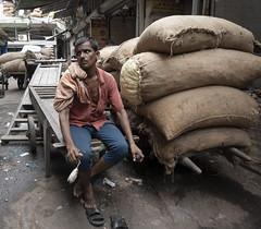 Porter listening to orders @ Delhi (Julio Babé) Tags: porter work spices order hook tired