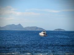 ao sabor das ondas (lucia yunes) Tags: barco navegar mar beach beauty beleza riodejaneiro boat sea seascape blue luciayunes azul praiavermelha