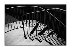 crossing handrails (Armin Fuchs) Tags: arminfuchs lavillelaplusdangereuse würzburg universitätamröntgenring university stairway light shadows gegenlicht handrail diagonal niftyfifty