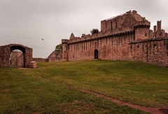 Scotland / Craigmillar / Craigmillar Castle / 14th century (Pantchoa) Tags: ecosse royaumeuni château craigmillar murailles pierres ruines ciel gris herbe pelouse gazon porte portail 14°siècle mariestuart histoire édimbourg murs fortifié