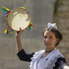 La danse du tambourin (Xtian du Gard) Tags: xtiandugard lecordoncamarguais portrait danseuse folklore arlésienne square nîmes gard france carré