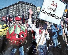 DDR Kinder in Ost-Berlin zum 1.Mai,Thälmannpioniere,Jungpioniere,Freie-Deutsche-Jugend,DDR Pioniere,DDR Jugend,Junge-Pioniere,FDJ (SchlangenTiger) Tags: ostberlin thälmannpioniere jungpioniere ddr1mai ddrpioniere jungepioniere ddrberlin ddrostberlin propaganda freiedeutschejugend gst gdr ddr fdj ddrjugend ddrschule ddrschüler