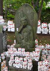Kannon and the cats (DameBoudicca) Tags: tokyo tokio 東京 japan nippon nihon 日本 japón japon giappone 世田谷 setagaya gōtokuji gotokuji 豪徳寺 buddhisttemple buddhisttempel templosbudistas templesbouddhistes 寺 temple tempel tempio templo buddhism buddhismus budismo bouddhisme buddhismo 仏教 kannon 観音 beckoningcat manekineko lyckokatt gatodelasuerte gatodelafortuna chatportebonheur 招き猫