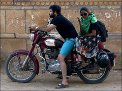 Royal Enfield (Christian Lagat) Tags: inde india rajasthan jaisalmer sonynex6 royalenfield moto motorbike couple