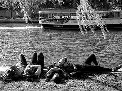 Relax (Franco & Lia) Tags: strasenfotografie fotografiadistrada street photographiederue berlin berlino spree spreekanal sprea deutschland germania germany schwarzundweiss biancoenero noiretblanc blackwhite