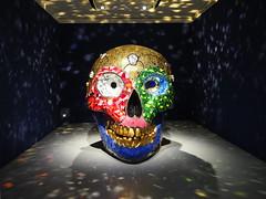 Skull, Meditation Room (1990) v. Niki de Saint Phalle (1elf12) Tags: skull schädel meditationroom nikidesaintphalle kunst art skulptur sculpture licht light reflection spiegelung bunt colorful hannover germany deutschland sprengelmuseum