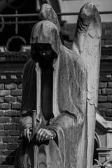 Milano, Cimitero Monumentale (Sven Kapunkt) Tags: cemetery cemeteries cimetière campo cimitero certosa friedhof friedhöfe mailand milano gräber grab graveyard grabmal gothic grabstätte darkness schwarzweis blackwhite angel engel italia italien italy monochrome monumentale