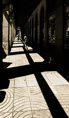 Rectángulos de luz (Ricardo Pallejá) Tags: lightroom luces light urbana urban urbanphotography nikon d500 travel tarragona tokina1116 catalonia cataluña catalunya calle contraluz people monocromo monocromático monochrome turismo viajar virado contraste contrast street shades sombras silueta sun spain
