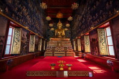 Devarajkunchorn temple (inside 1) (Jorge Císcar) Tags: devarajkunchorn templo temple bangkok tailandia thailand asia interior nopeople religion altar windows ventanas buddhism budismo nikond750 tamron1530mmf28vcusd luminar turismo tourism arquitectura architecture simetría simetry
