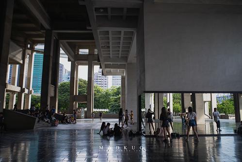 高雄文化中心-牆面特地裝上鏡子,讓練舞的人都能聚在這邊練習