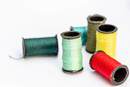 Reels with threads of different colors