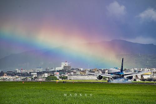 運氣不錯,碰上了彩虹。說真的,來這邊主要不是拍飛機,而是來這邊聽那昂貴的引擎聲讓耳朵懷孕XD
