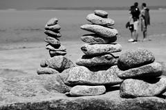 Des cailloux et des hommes, Mont-Saint-Michel (.urbanman.) Tags: cailloux pierres composition baie manche silhouettes montsaintmichel vertical verticalité hommes garçon equilibre
