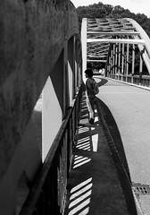 Isabelle sur le pont (OMM.photographie) Tags: bnw bw bwphoto bnwphoto noirblanc noiretblanc blackandwhite blackwhite monochrome streetphoto street people france pont bridge canon5dmarkiv eoscanon canon 5d eos canoneos5dmarkiv 5dmarkiv hautevienne limousin streetpeople