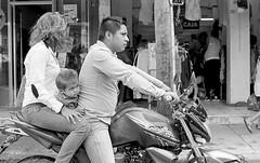 Familia en motocicleta (Marcos Núñez Núñez) Tags: motocicleta street calle streetphotography streetphotographer national mx oaxaca tuxtepec film ilford ilfordpan400 nikon nikonf2 fotografíaanalógica analogue rodinal familia
