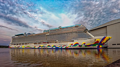 die Norwegian Encore.... (Ossiland) Tags: meyer schiff kreuzfahrtschiff papenburg hafen wolken