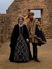 Edinburgh / Craigmillar Castle / Marie Stuart - Lord Darnley (Pantchoa) Tags: édimbourg ecosse craigmillar château portrait mariestuart lorddarnley costumes anciens histoire costumesdépoque personnes vieillespierres mur