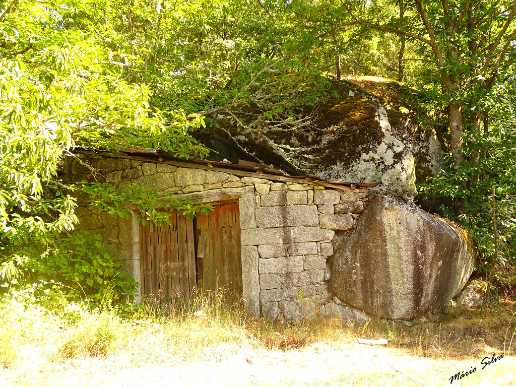 """Águas Frias (Chaves)  - ... a primeira """"garage"""" na Aldeia, encastrada entre as fragas ...."""