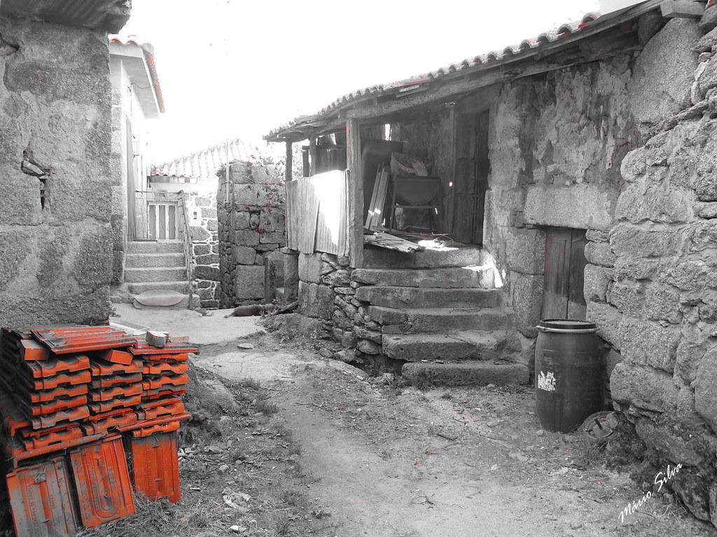 Águas Frias (Chaves) - ... As telhas numa rua da Lampaça ...