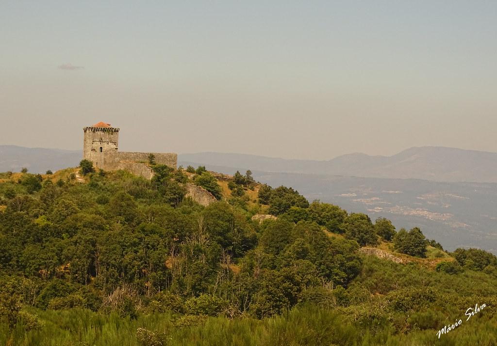 Águas Frias (Chaves) - ... o Castelo de Mnforte de rio Livre (monumento nacional) no alto da serra do Brunheiro ...
