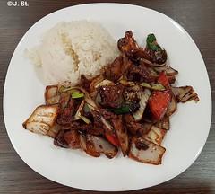 Ich liebe ihn... / I love it... (Yogi 58) Tags: chinesisch chinese imbiss snackbar rindfleisch beef gebraten roasted zwiebeln onions champinons paprika reis rice handyfoto mobileshot jörgsteiof yogi58