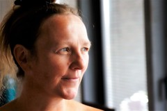 binnenpretjes (roberke) Tags: portrait portret woman vrouw female mature face gezicht indoor binnen availablelight naturallight daglicht smile glimlach