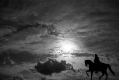 A lomos de un caballo. (Miguel Ángel López Gil) Tags: blackwhite blancoynegro cielo nubes estatua budapest hungría contraluz lumix20mm panasonicgx9 paisaje