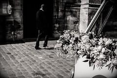 Le van de la mariée. (LACPIXEL) Tags: van volkswagen fleur flower flor marié mariée casados reciencasados bride groom novio novia église church iglesia collégiale poissy street rue calle sony noiretblanc blackwhite flickr lacpixel