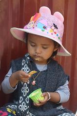 la petite gourmande Bolivie_2390 (ichauvel) Tags: fillette petitefille littelgirl chapeau hat glace icecream gourmandise mignonne cute adorable lovely manger eating assise sitting tarabucco chuquisaca amériquedusud southamerica amériquelatine voyage travelrue street portraitderue streetportrait gourmande
