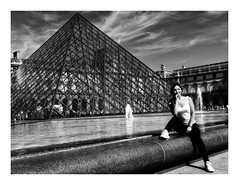 Beautiful Chinese (Jean-Louis DUMAS) Tags: youngwoman retrato portraiture portrait paris monument blackandwhite noiretblanc pyramide nb bw woman chinoise chinese girl femme