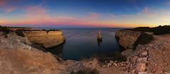 Algarve (P H O T O W A H N) Tags: portugal algarve panorama europa südeuropa faro porches landschaft atlantik meer wasser bucht felsen nadel erosion geologie urlaubsziel wahrzeichen sehenswürdigkeit praia da morena tourismus abends stimmungsvoll stein fels boot horizont küste klima himmel natur naturschutzgebiet