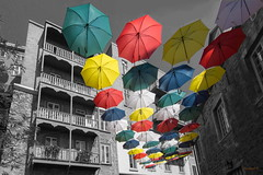 Parapluies, umbrellas, Vieux Québec, Old Quebec, Canada - Select - 4303 (rivai56) Tags: parapluies umbrellas vieuxquébec oldquebec canadaselect 4303 sélection des couleurs uniquement pour les color selection only for saariysqualitypictures