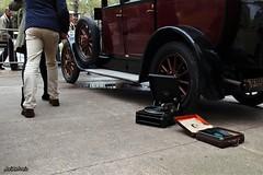 Bailemos un twist. (AviAntonio) Tags: ballarins cotxe antic discos ball bailarines coche antiguo tocadiscos barcelona persones gent gente
