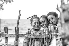 A l'école en bord de mer - Sainte-Marie Madagascar (Fabrice L.) Tags: madagascar enfants sourires smlie happy fun heureux école plage school beach zen posing child tropiques tropical