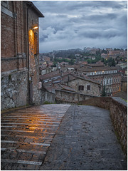Umbrian Dusk (WS Foto) Tags: perugia umbria italy europe eu dusk twilight houses dark clouds zwielicht dämmerung yellow orange blue rain wet abend