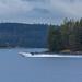 Bellanvene järvellä pilvisenä päivänä