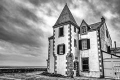 La maison du bord de mer (Lucille-bs) Tags: europe france loireatlantique maison architecture nb bw nuage mer lecroisic paysdelaloire