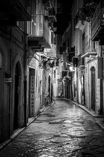 Une rue de Trani en Italie