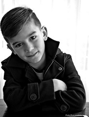 Gian (Aprehendiz-Ana Lía) Tags: flickr monocromático bn contraluz luz retrato niño boy nietecito sonrisa ojos mirada alegría niñez candidez inocencia amor portrait analialarroude dulce cute bw nikon espontáneo natural kinder