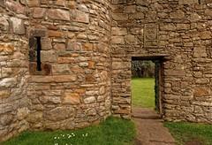 Edinburgh / Craigmillar Castle / Corner Tower (Pantchoa) Tags: édimbourg ecosse craigmillar château pierres forteresse ruines mariestuart 14°siècle simonpreston coatofarms meurtrière licornes