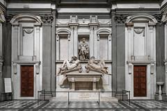 Tomb of Giuliano de' Medici, Duke of Nemours (Robert Wash) Tags: italy italia tuscany toscana firenze florence sanlorenzo cappellemedicee medicichapels sagrestianuova tombofgiulianodemedicidukeofnemours tombofgiulianodemedici michelangelo night day sculpture art