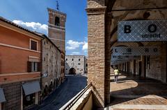 Fabriano (R.o.b.e.r.t.o.) Tags: fabriano an marche italia italy chiostro loggiatosanfrancesco palazzodelpodestà fontanasturinalto piazzadelcomune luci ombre portici portico corsodellarepubblica nikkor1424 nikond850