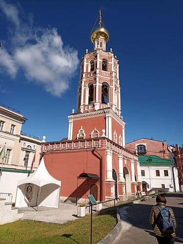 Puerta y campanario de la Iglesia de la Intercesión de la Santísima Virgen. Moscú. Rusia
