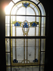 """The Art Nouveau Stained Glass Window on the Stairwell of """"Tolarno"""" - Fitzroy Street, St Kilda (raaen99) Tags: tolarno thetolarnohotel housename victorianhouse victorianmansion mansion victoriana edwardiana hotel motel guesthouse accommodation stainedglass stainedglasswindow stainedglasswindows artnouveaustainedglass artnouveaustainedglasswindow fitzroystreet fitzroyst victorianstyle nineteenthcentury twentiethcentury twentiethcenturystainedglass nineteenthcenturystainedglass window edwardian melbourne victoria australia domesticarchitecture house home architecture housing 20thcentury 19thcentury artnouveau nouveau 1900s stkilda artsandcrafts artsandcraftsmovement artscraftsmovement artscrafts detail interior room stairwell staircase flowers floral flora flower daisy branch leaves leaf blue gold yellow green mirkamora"""