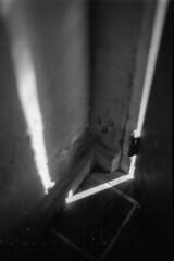 35 (mati.a) Tags: nikon fm2 nikonfm2 chile 35mm ilford hp5 ilfordhp5 bw luz puerta door light analog film