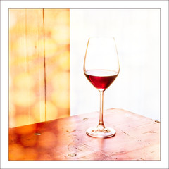 Sundowner... (Daniela 59) Tags: glass wine redwine light bokeh table sliderssunday hss danielaruppel