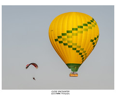Close encounter (Ignacio Ferre) Tags: globo balloon ultraligero nikon segovia españa spain spotting volar amarillo yellow aerostato airballoon