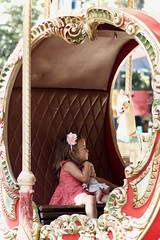 LVM: Una niña desconocida (AriCatalán) Tags: niña girl doll carrusel tiovivo juegolvm jackierueda magical carroza