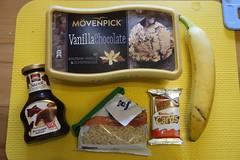 Zutaten für VanillaChocolate-Eis mit Bananenscheiben, Haselnüssen, Schokoladensoße und KinderCards (multipel_bleiben) Tags: essen vanille schokolade nüsse sose banane eis zugastbeifreunden zutaten