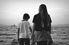 Summer's end,,, (esterc1) Tags: infancia niños verano puerto mar delamano hermanos